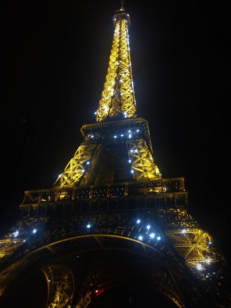 Tour-Eiffel-di-sera-illuminata