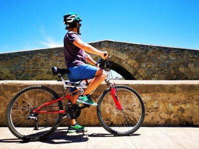 Io in bici di fronte al ponte Ammiraglio di Palermo